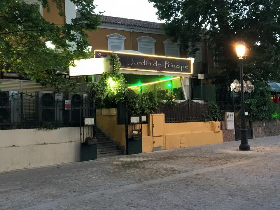 Entrada al restaurante Jardín del Principe desde el paseo peatonal